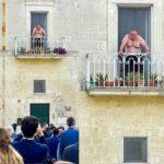 La Versione del Venerdì. Lo storico balcone di Matera: il caldo non è diritto al trash